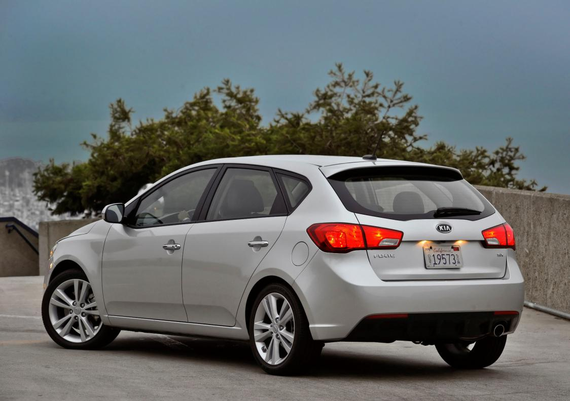 lexus ct200 and the forte 5-kia-forte-rear-3quarter.jpg